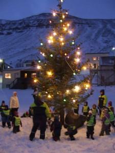 Kindergartenkinder in Sudureyri/Westfjorde freuen sich über den Weihnachtsbaum