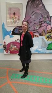 Künstlerin steht vor ihrer Collage