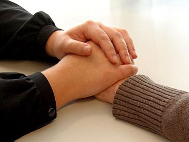 Menschen mit Demenz, Zwei Hände halten eine andere Hand