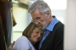 Ehepaar (Ghita Nørby und Morten Grunwald) umarmt sich
