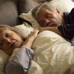 älteres Ehepaar liegt im Bett