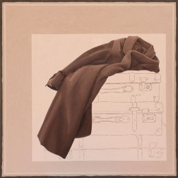 Brauner Mantel vor einer Zeichnung