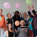 Eine Gruppe von Frauen mit bunten Luftballons