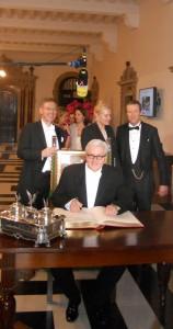 Franz-Walter Steinmeier unterschreibt im Goldenen Buch