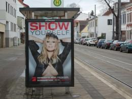 Werbeplakat mit halboffenen Brüsten zu der Sendung Germanys next Topmodel