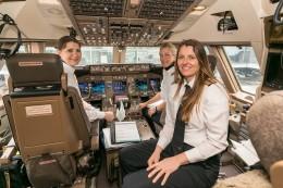 Pilotionnen der Lufthansa im Cockpit