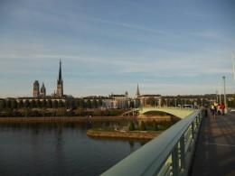 Brücke über großem Fluss