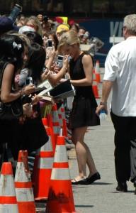 Junge Frau unterschreibt Autogramme