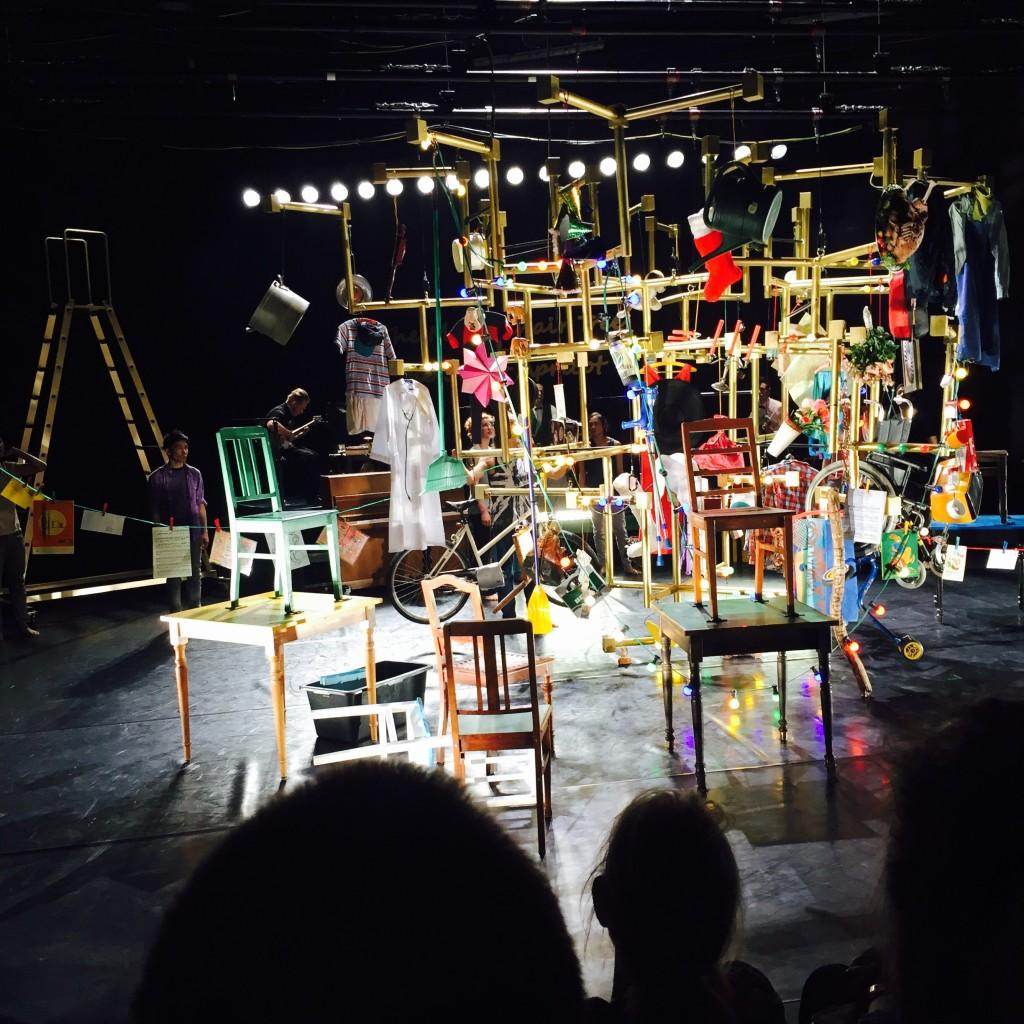 Tanztheater: Dinge, Lampen und die Luft. Kurz vor dem fulminanten Ende © Blumenbriga.de