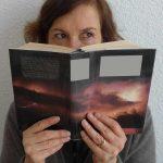 Frau hinter einem Buch