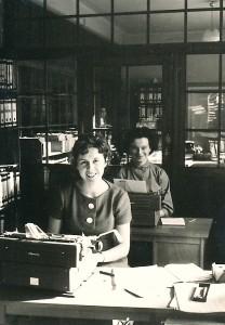 Zwei Frauen im Büro an Schreibmaschinen 1960