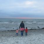 Frau am Meer mit Kindern