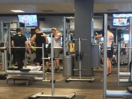 Freihantelecke im Fitnessstudio. Männer beim Training.