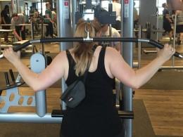 Eine Frau beim Rückentraining im Fitnessstudio.
