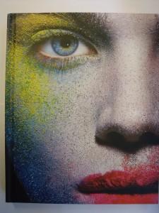 Das Cover von Lisa Eldridges Buch Face Paint mit einem starken, bunt geschminkten Gesicht