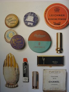 Die Rückenansicht von face Paint von Lisa Eldridge mit einem Teil ihrer Sammlung von historischem Makeupverpackungen