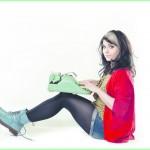 Junge Frau mit Schreibmaschiene auf den Knien