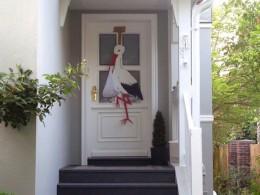 Storchenfigur an einer Haustür