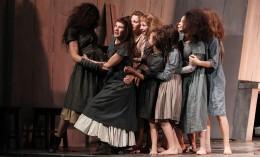 Hexenjagd Eine Gruppe Frauen steht in einer Gruppe zusammen. Zu sehen sind: Annemaaike Bakker, Lisa Guth, Statisterie.
