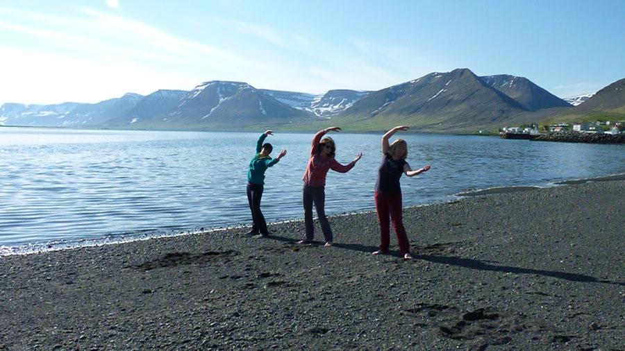 Drei Frauen an einem Strand
