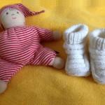 ElterngeldPlus Stoffpuppe und Babyschuhe
