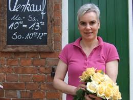 Frau mit einem Strauß gelber Rosen