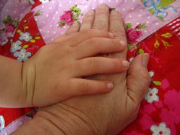 Großeltern, Kinderhand streichelt alte Hand
