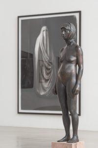 Bronzestatute von nackter Frau mit Niqab