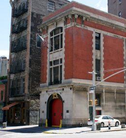 Eine amerikanische Feuerwache mit einem roten Tor.