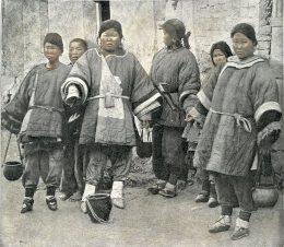 Eine Gruppe Frauen mit Lotusfüßen
