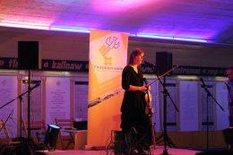 Frau mit Geige auf der Bühne