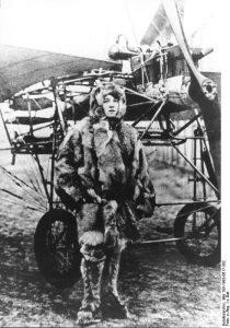 Frau im Pelzanzug vor einem Flugzeug