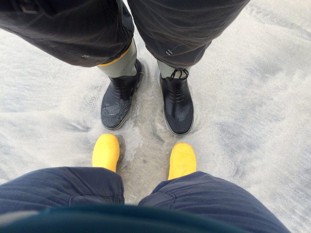 Zwei Paar Füße von oben