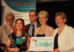 5 Personen mit einem großen Scheck - Gründerinnenpreis