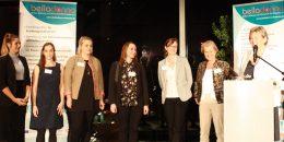 7 Frauen auf einer Bühne
