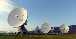 Mehrer0e Satelliten-Kommunikationsanlagen auf einem Feld