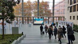 große Eingangshalle mit Glasfront in der vereinzelt Stellwände stehen