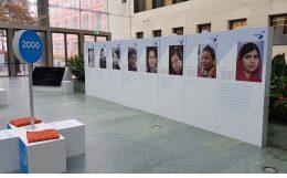 Stellwand mit mehreren Fotos von Frauen