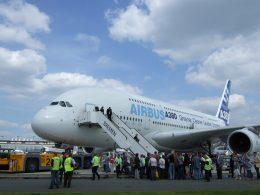 Airbus am Boden mit Besuchern