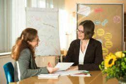 Zwei Frauen in einer Beratungssituation