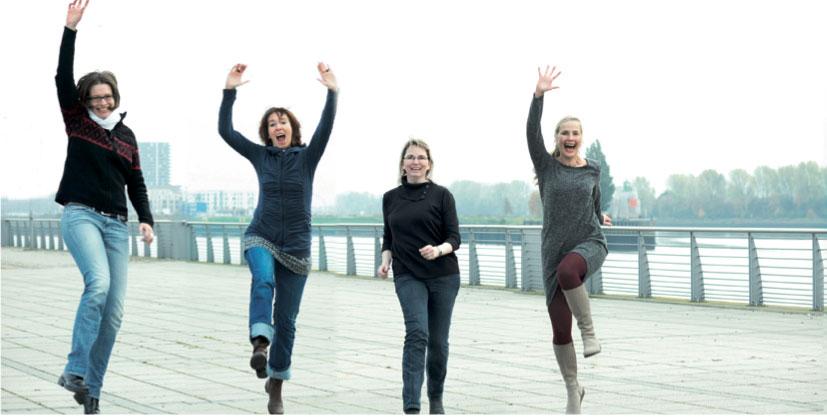 Vier Frauen machen einen Luftsprung