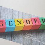 Eine Einladungskarte mit bunten Holzklötzen auf denen Gender steht