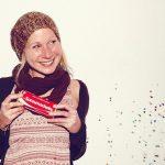 junge lachende Frau mit Konfetti