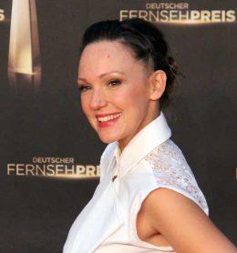 Portrait Frau in weißer Kleidung vor Wand Deutscher Fernsehpreis