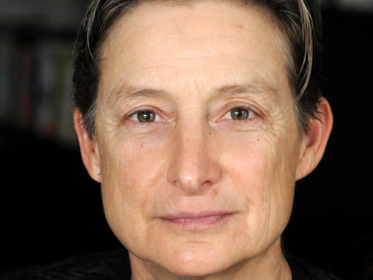 Portrait des Gesichts einer Frau mit braunen Augen und kurzen dunklen Haaren