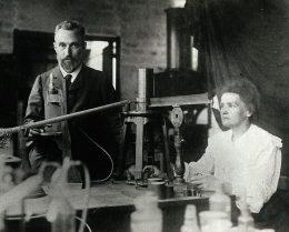 Pierre und MArie Curie im Labor, schwarz-weiß