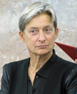 Portrait einer Frau in schwarzer Jacke mit leicht ergrauten Haaren