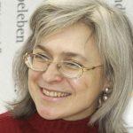 Anna Politkovskaja in einem roten Rollkragenpulli