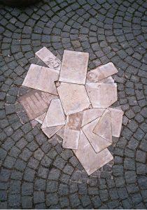 Sophie Scholl, Flugblätter liegen auf einem Haufen auf dem Boden.