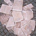 Flugblätter liegen auf einem Haufen auf dem Boden.